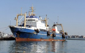 Горящий траулер «Олег Найденов» отбуксирован в открытое море