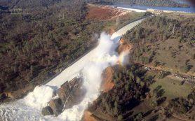 В Калифорнии объявили эвакуацию из-за угрозы прорыва плотины