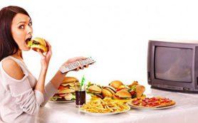 Медики объяснили, почему нельзя кушать перед телевизором