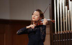 В Большом зале Консерватории сыграла скрипачка Клара-Джуми Кан