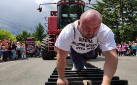 Силач из Приморья сдвинул комбайн почти на четыре метра