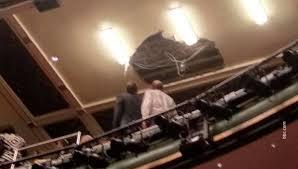 В зрительном зале Лондонского театра Пикадилли обвалился кусок потолка
