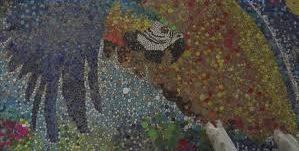 В Венесуэле художник украсил забор мозаикой из пластиковых крышек