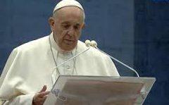 Папа Римский совершил особый молебен на безлюдной площади перед Собором Святого Петра