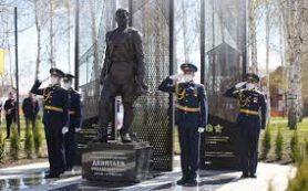 Памятник летчику Михаилу Девятаеву открыли в Мордовии